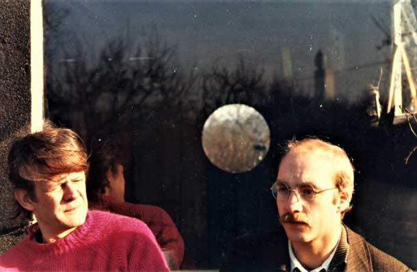 Paulus Böhmer und Alban Nikolai Herbst vor Böhmers Gartenhaus, 1985.